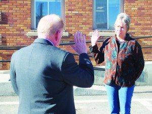 Tammy Carlgren is sworn into office by City Clerk Bob Sweitzer in the parking lot of City Hall on Jan. 9. (Garrett Estrada photo)