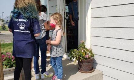 DEN Pupils show support for neighbors near school